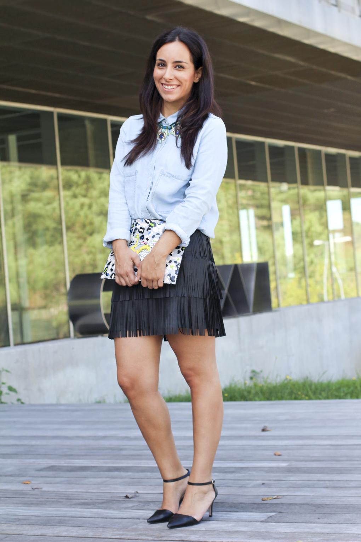 look-camisa-vaquera-falda-flecos-piel-collar-con-emocion-complementos