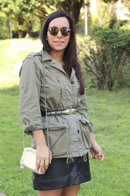falda-diy-piel-negra-bolso-lacambra-dorado-look-militar-caqui