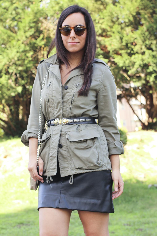 siemprehayalgoqueponerse-look-parka-militar-cinturon-vintage-falda-cuero-negra