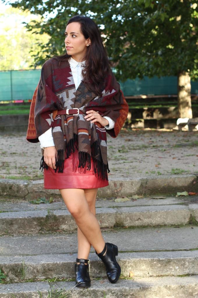 look-con-capa-capa-lefties-falda-piel-grante-boho-chic