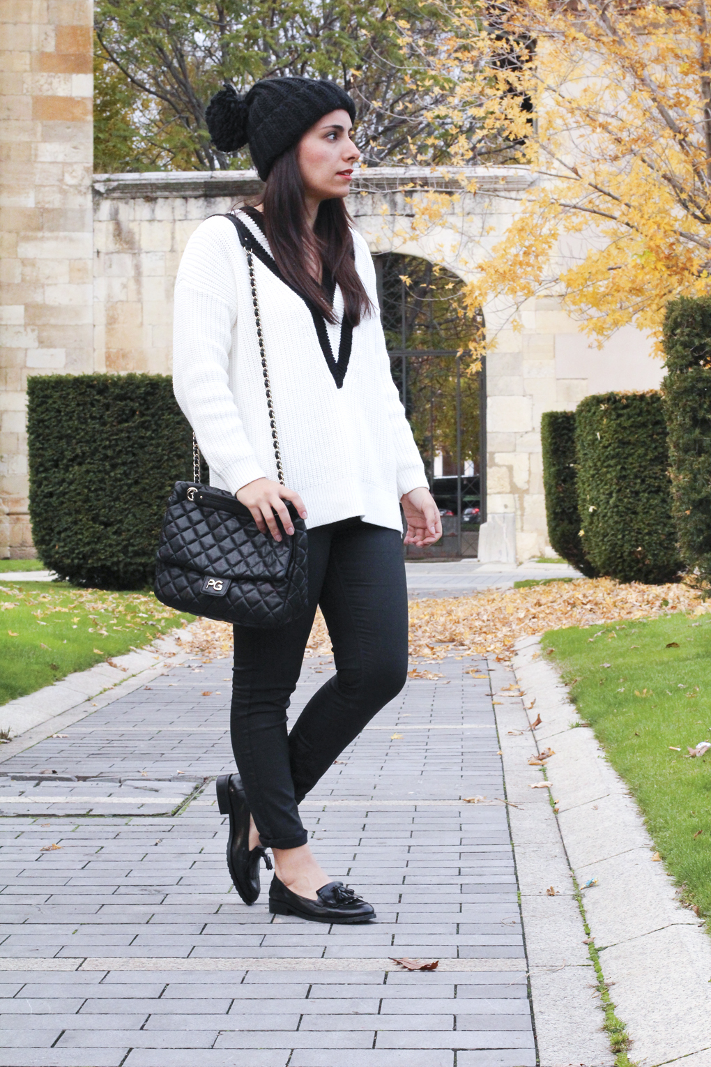 look-con-mocasines-outfit-black-and-white-siemprehayalgoqueonerse