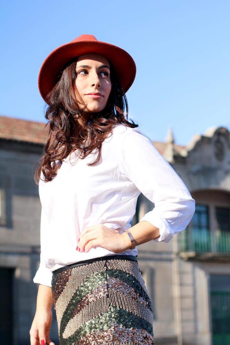 sombrero-ondas-sombrero-ala-ondas-look-accesorio-ondas-look-camisa-blanca-outfit-camisa-blanca