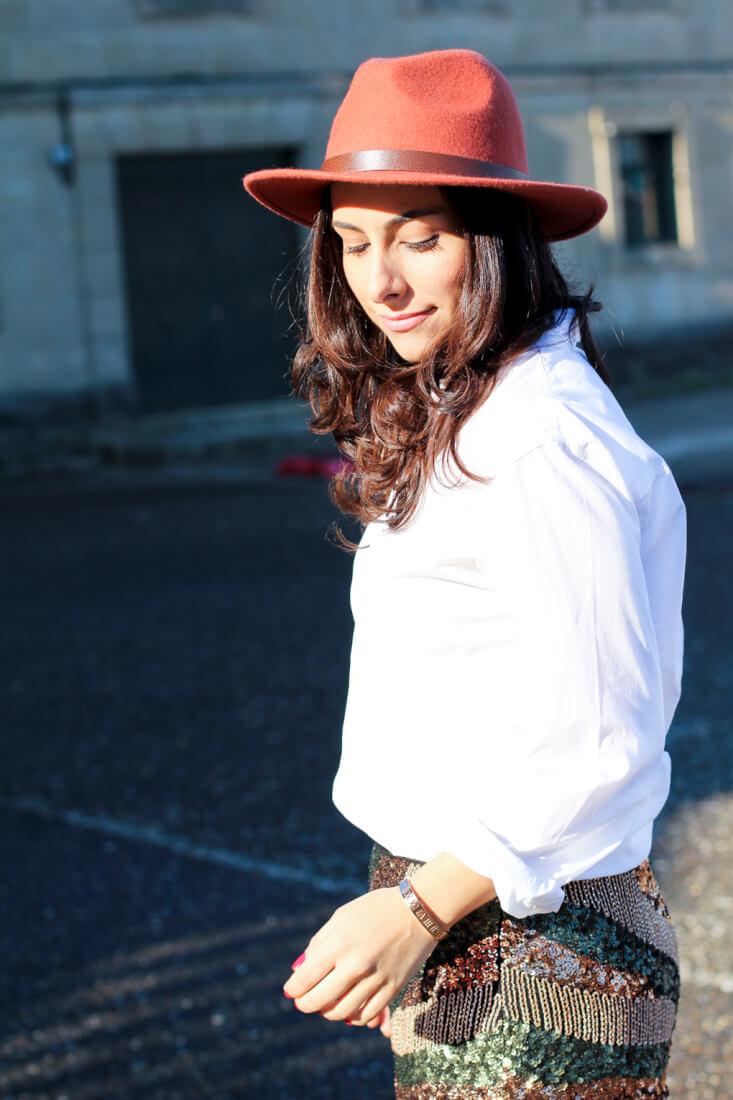 blog-moda-sombrero-ala-ondas-sombrero-ondas-blog-moda-vigo-blog-moda-galicia-como-combinar-camisa-blanca-look-con-camisa-blanca-street-style-camisa-blanca