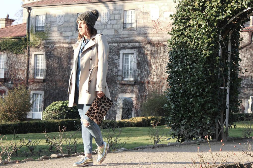 trench-beige-gorrito-lana-oxford-zapatos-dorado-vaqueros-jeans-rotos-blog-moda-tendencias