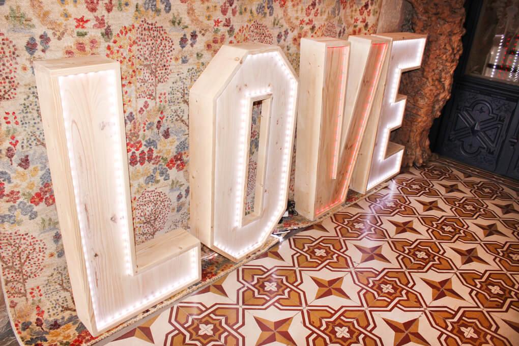 showroom-ceremonia-pontevedra-showroom-boda-showroom-invitada-evento-pontevedra-letras-madera-love-letras-con-luces
