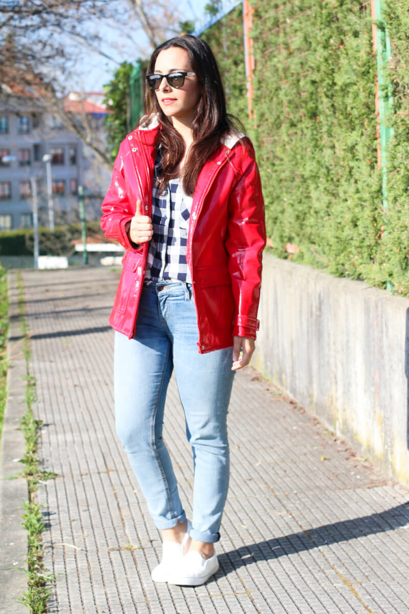 siemprehayalgoqueponerse-look-camisa-cuadros-pull-and-bear-outfit-chubasquero-look-slip-on-blancas-looks-deportivas-blancas-street-style-sneakers