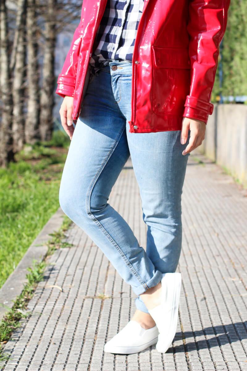 siemprehayalgoqueponerse-moda-vigo-slip-on-blancas-primark-look-jeans-remangar-pantalones-chubasquero-rojo-pull-and-bear