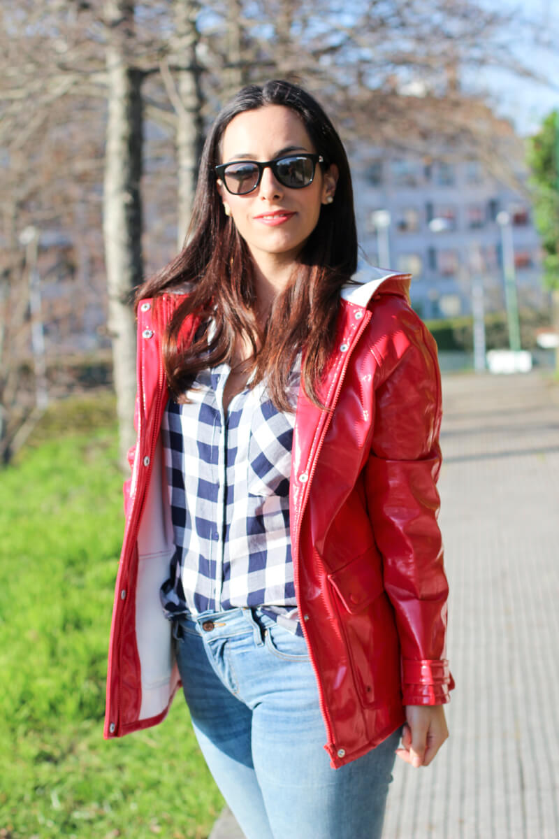 look-chubasquero-look-en-rojo-look-con-slip-on-look-sneakers-blancas-blog-moda-vigo