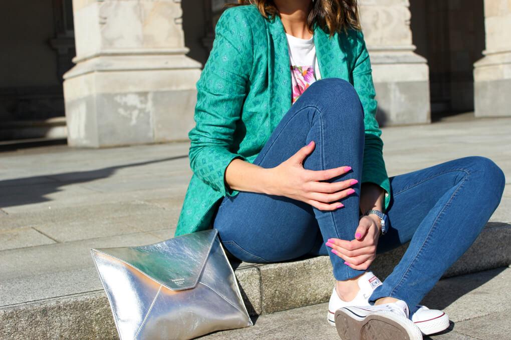 clutch-plata-bolso-mano-moda-blog-españa-galicia-siemprehayalgoqueponerse-tenis-blancos-all-star