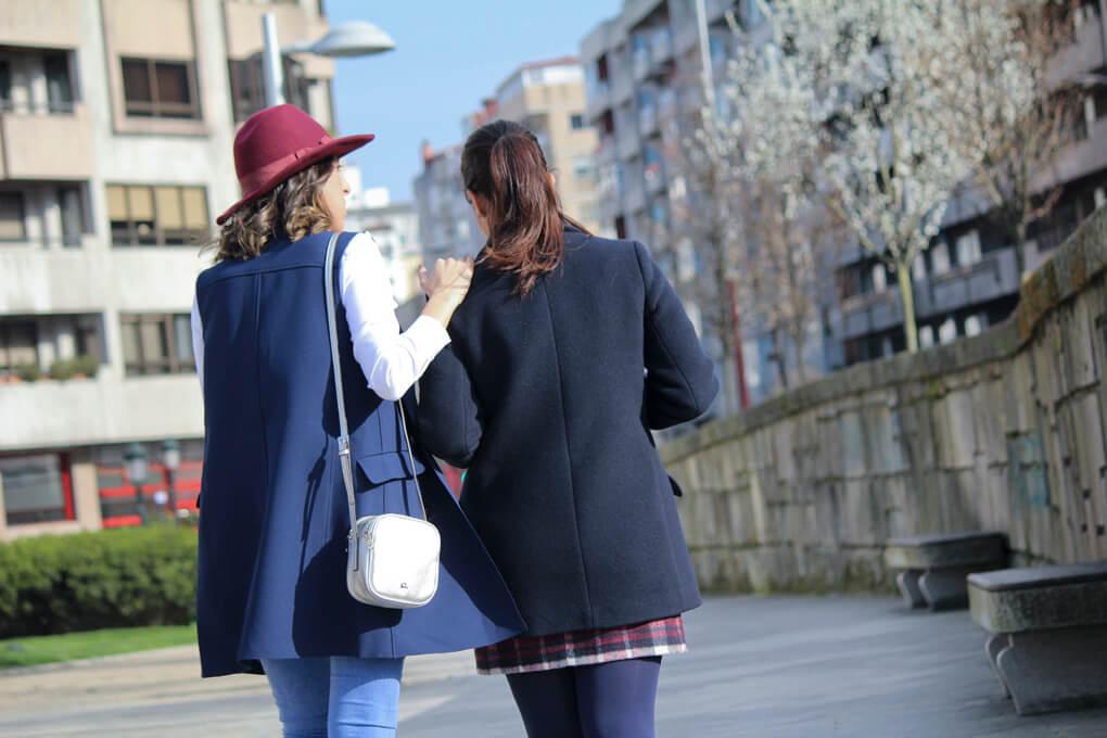 complicidad-amistad-blog-conjunto-siemprehayalgoqueponerse-dos-moda-blog-tendnecias-sombrero-granate-azulmarino-look