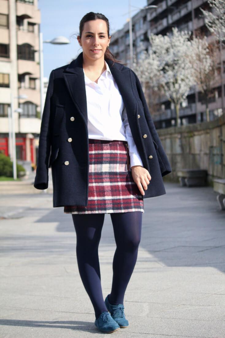 look-falda-corta-cuadros-abrigo-azulmarino-camisa-blanca-outfit-streetstyle-queponerse