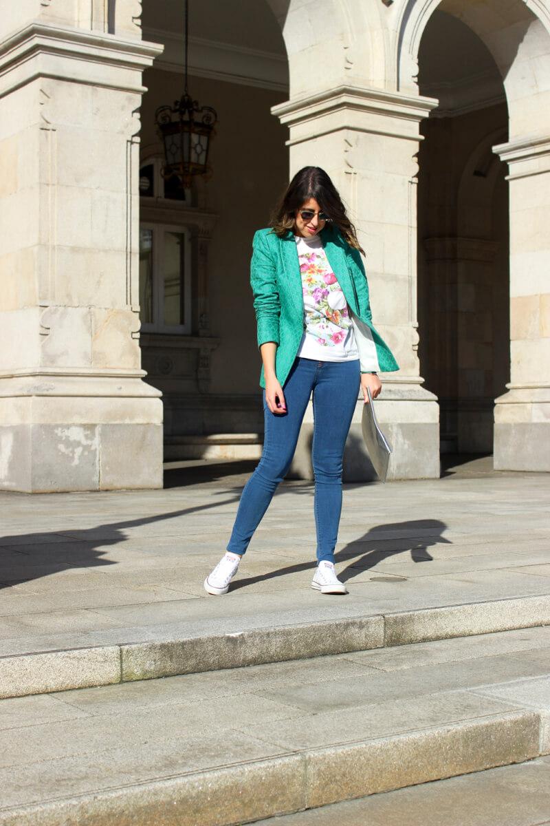 siemprehayalgoqueponerse-blog-moda-españa-vigo-pontevedra-galicia-estilo-tendencias-blazer-verde-vaquero-pitillo-converse-blancas-tenis-allstar