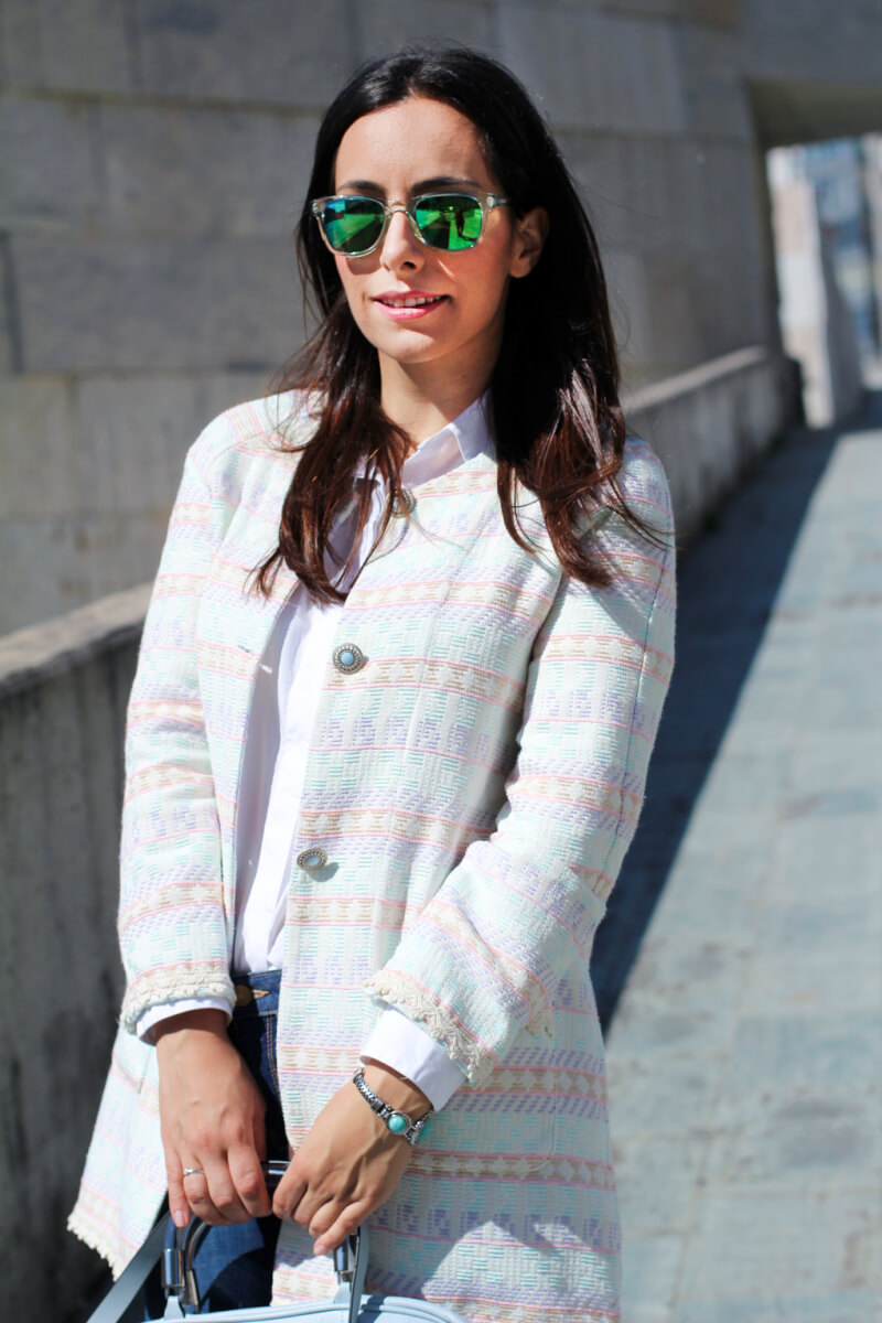 siemprehayalgoqueponerse-moda-vigo-moda-galicia-gafas-carrera-look-pastel-look-gafas-espejo-abrigo-lady
