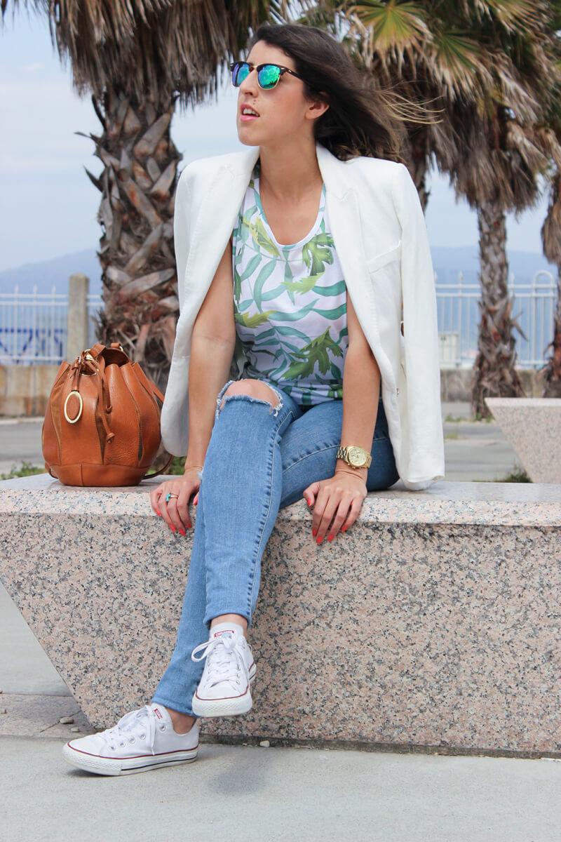 vaquero-rotos-look-casual-tenis-converse-zapatillas-blancas-americana-blanca-blog-moda