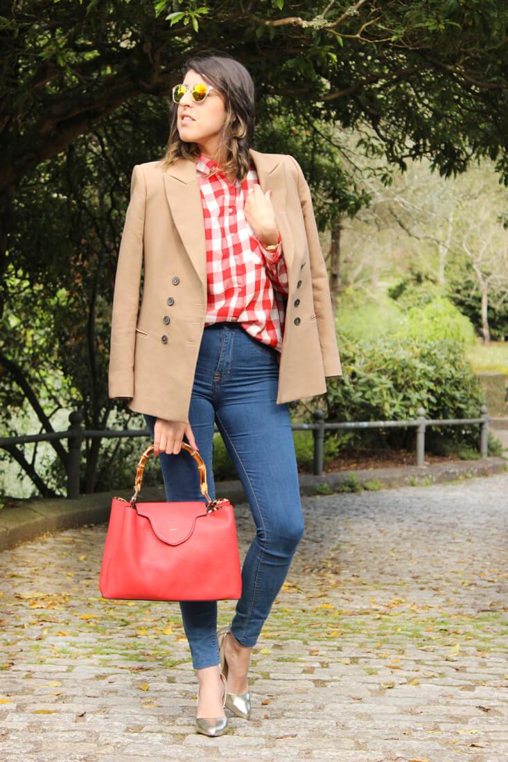 blazer-camel-americana-camisa-cuadros-vaqueros-bolso-rojo