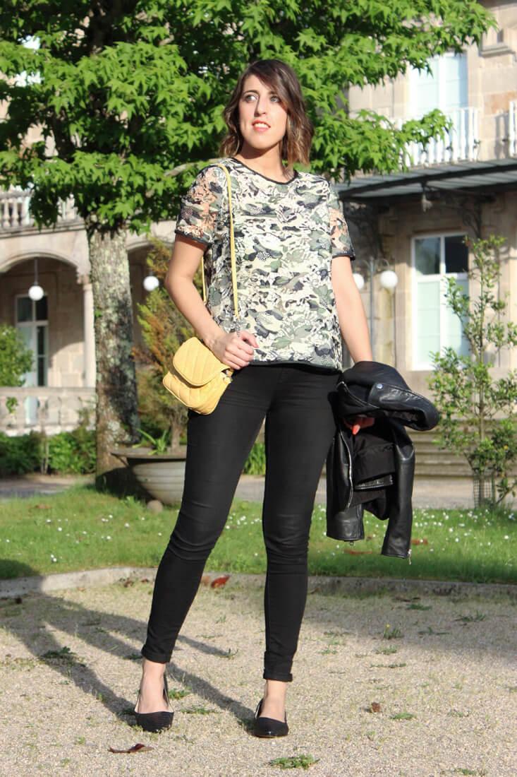 blusa-sfera-crochet-flores-bolso-amarillo-zara-bailarinas-negro-serpiente-clarks-chaquetapiel-moda-blog-tendencias-siemprehayalgoqueponerse
