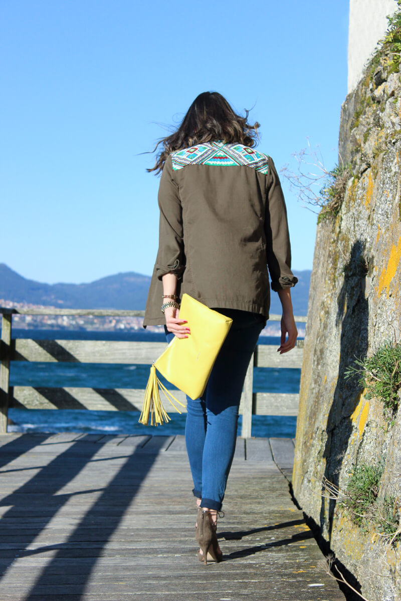 chaqueta-verde-militar-estilo-etnico-bolso-lacambra-amarillo