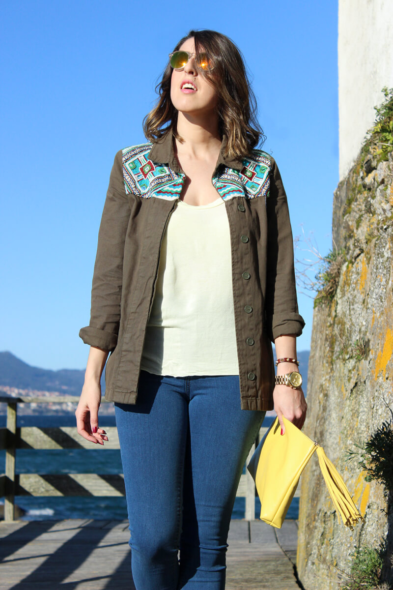 chaqueta-verde-militar-style-moda-look-clutch-amarillo