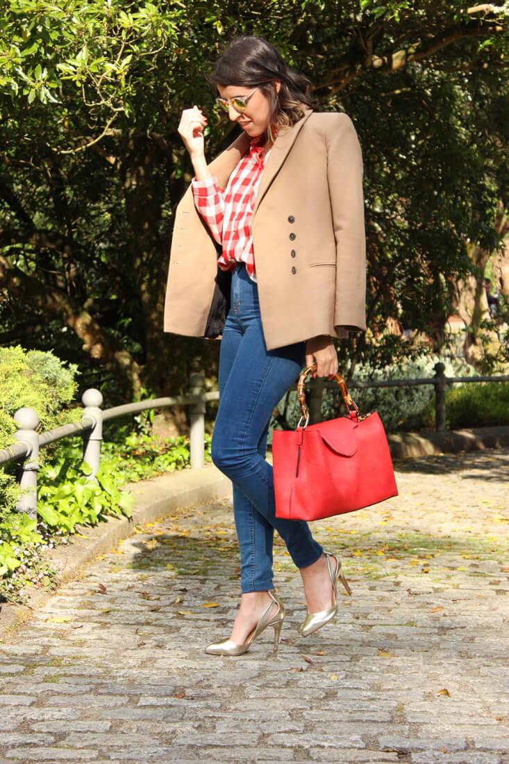 be7caeb7b1 siemprehayalgoqueponerse-look-moda-estilo-blazer-camel-camisa-cuadros-bolso- rojo-milindovestidor