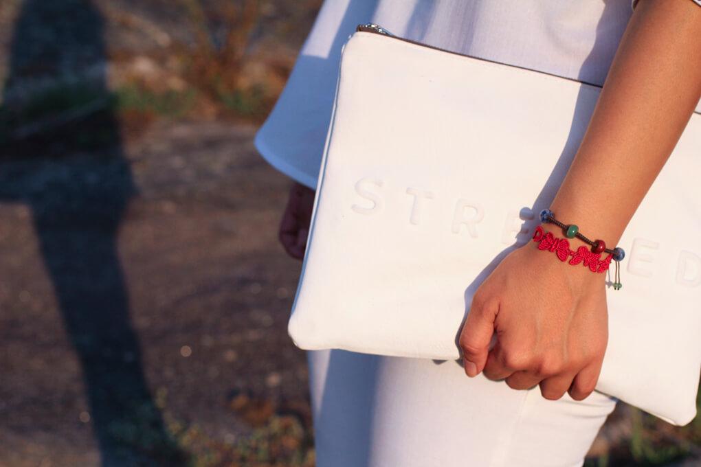 bolso-blanco-con-mensaje-street-style-details-street-style-accesorize-moda-vigo-blog-moda-total-look-en-blanco-fashion-look
