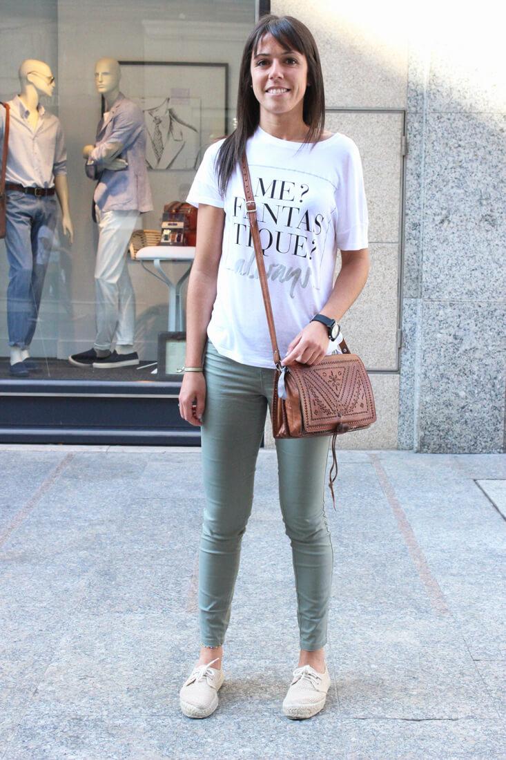 jeans-caqui-camiseta-mensaje-bolso-piel-moda-vigo-streetstyle
