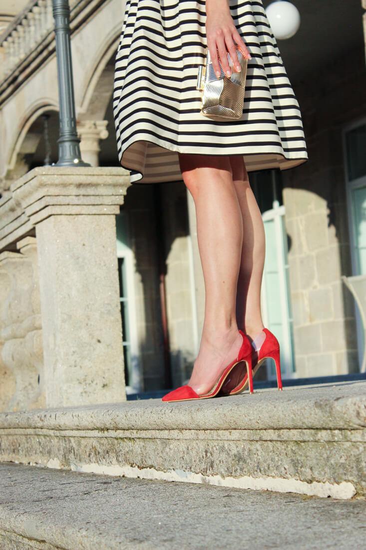 ladyaddictxkrack-capri-tacones-rojos-look-outfit-boda-falda-midi-rayas-clutch-parfois