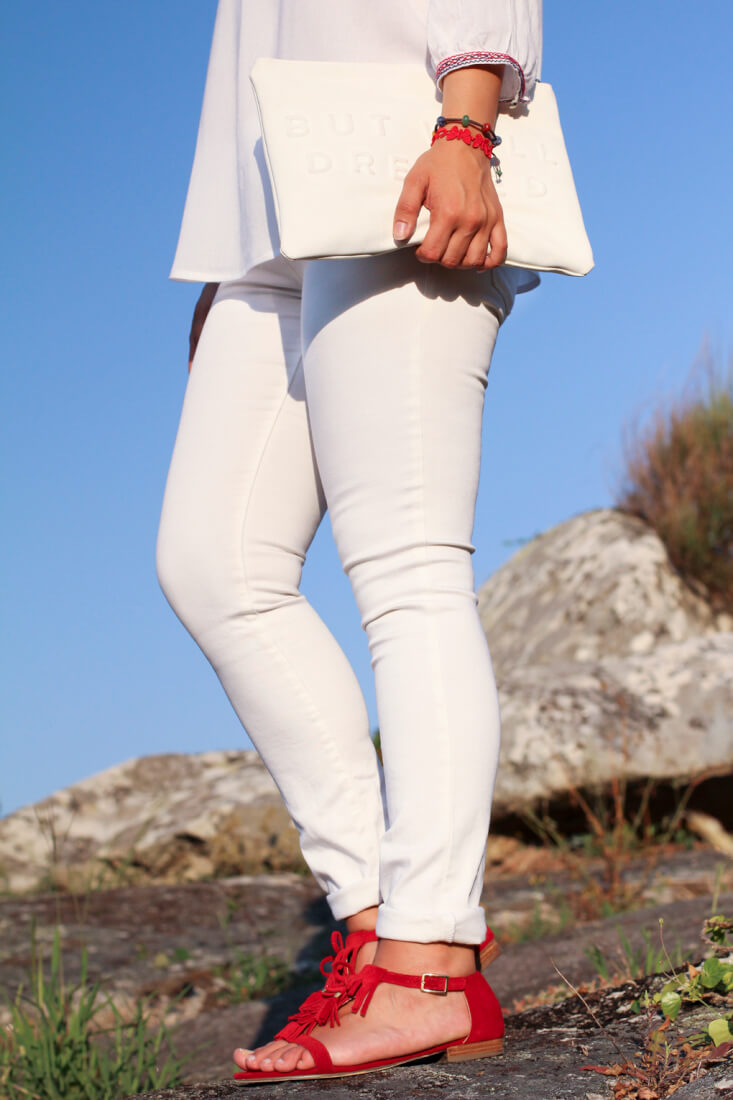 sandalias-flecos-rojas-fosco-como-combinar-sandalias-flecos-look-etnico-consigue-tu-look-boho-chic-total-look-en-blanco-white-total-look-street-style-white