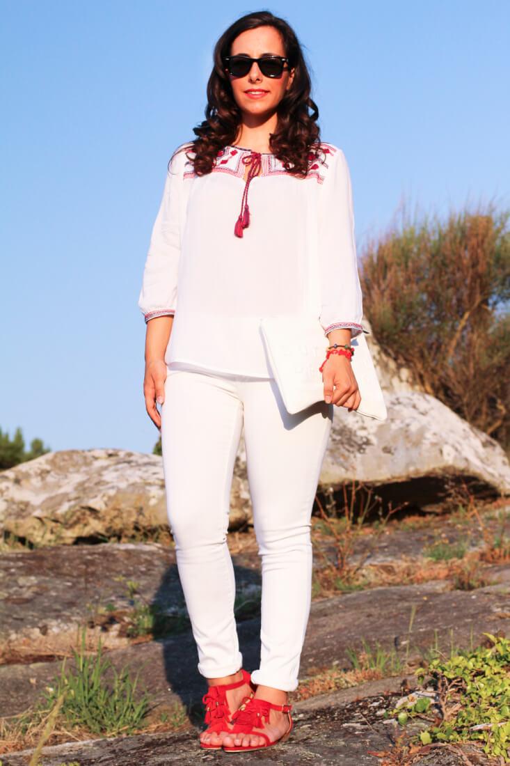 siemprehayalgoqueponerse-look-en-blanco-blusa-etnica-suite-blanco-sandalias-flecos-rojas-fosco-white-total-look-total-look-en-blanco