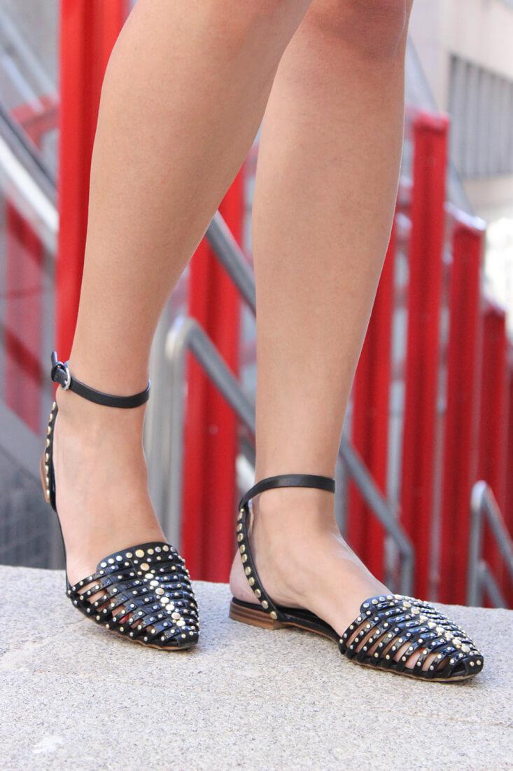 sandalias-negras-tachuelas-dorado-zara-calzado-verano-tendencia