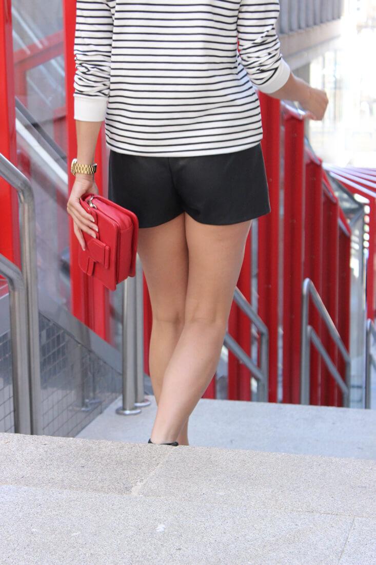 shorts-piel-zara-jersey-rayas-bolso-rojo
