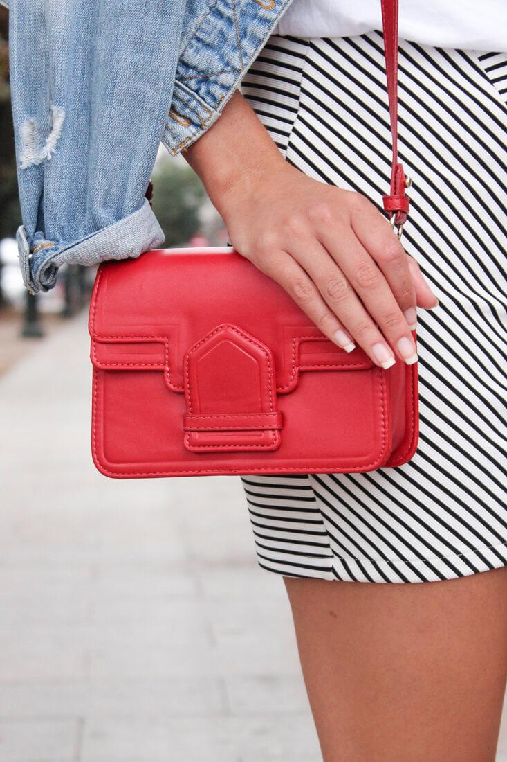 falda-rayas-bolso-rojo-zara