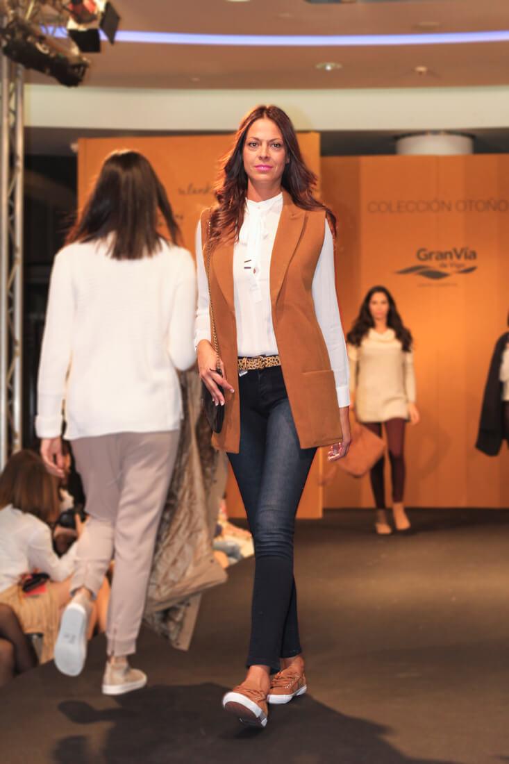 chaleco-camel-blusa-lazo-shopping-night-granvia-vigo-moda