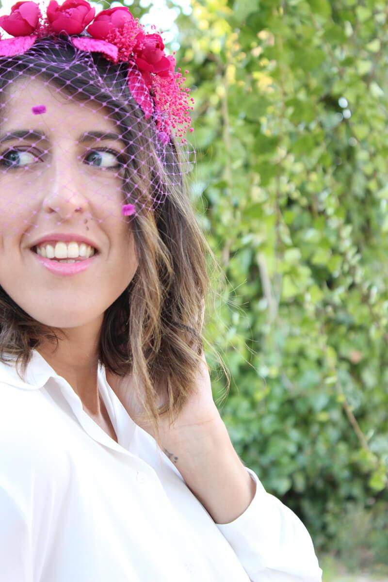 diadema-flores-fucsia-accesorio-look-invitada-boda