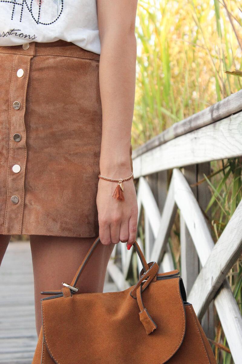 falda-botones-al-frente-ante-pimkie-bolso-ante-zara-pulsera-pompom