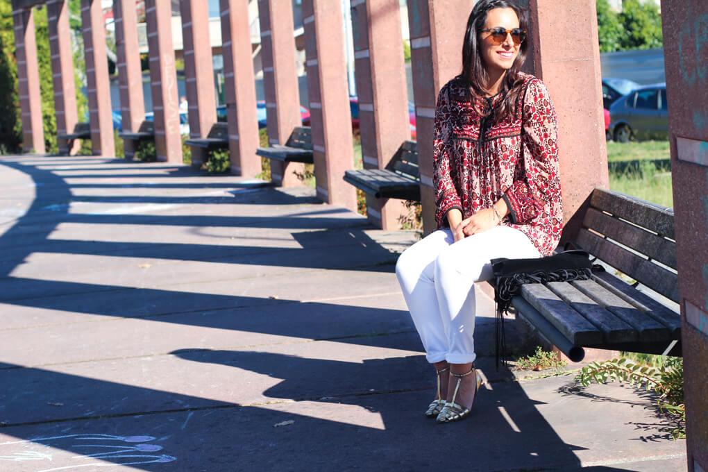 foto-portada-jeans-blancos-cangrejeras-doradas-street-style-dorado-blusa-folk-blog-moda-vigo