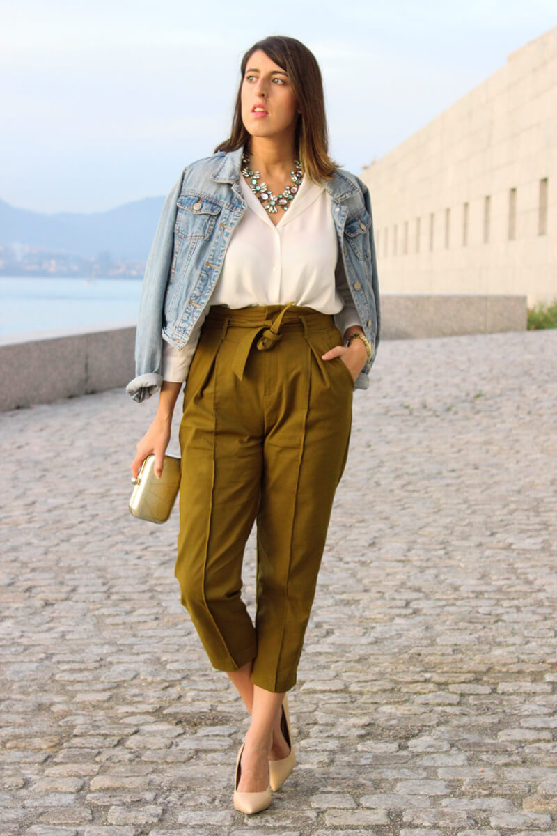 pantalon-caqui-cazadora-vaquera-denim-blusa-blanca-blog-moda-vigo