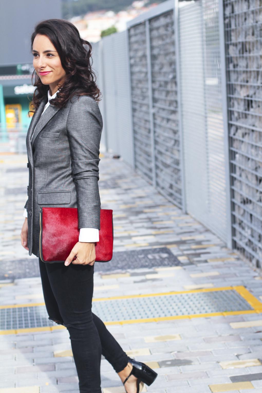 siempre-hay-algo-que-ponerse-outfit-en-gris-como-combinar-tu-blazer-zapatos-charol-look-zapatos-charol-americana-doble-botonadura