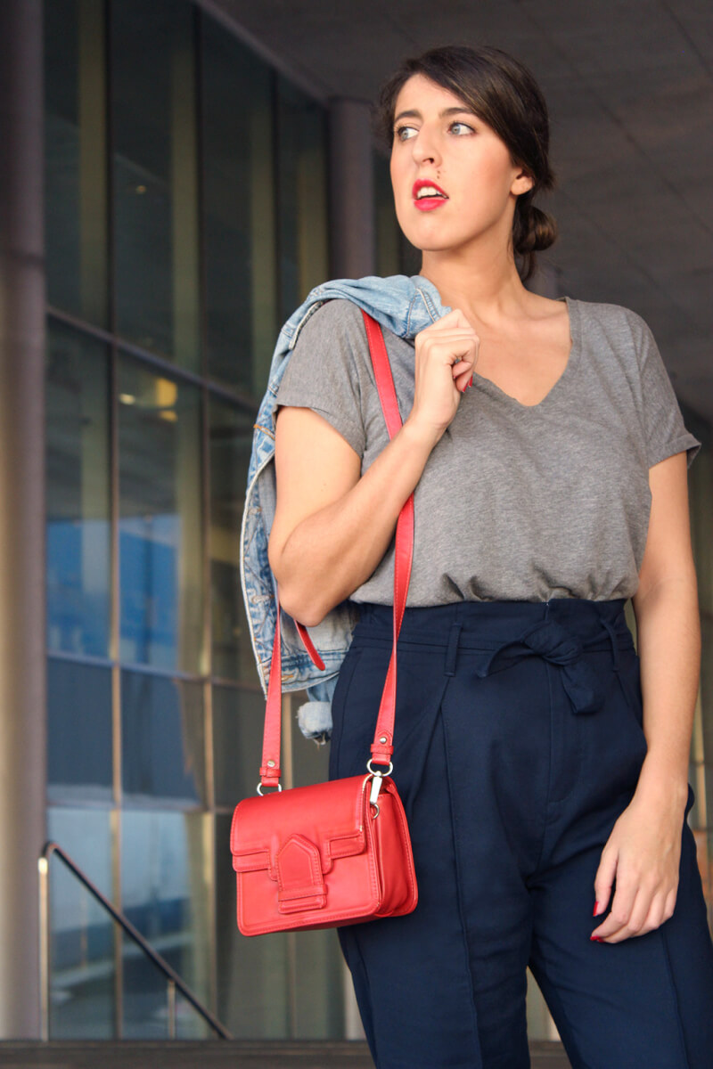 camiseta-gris-pantalon-azul-talle-alto-bolso-rojo-cazadora-vaquera
