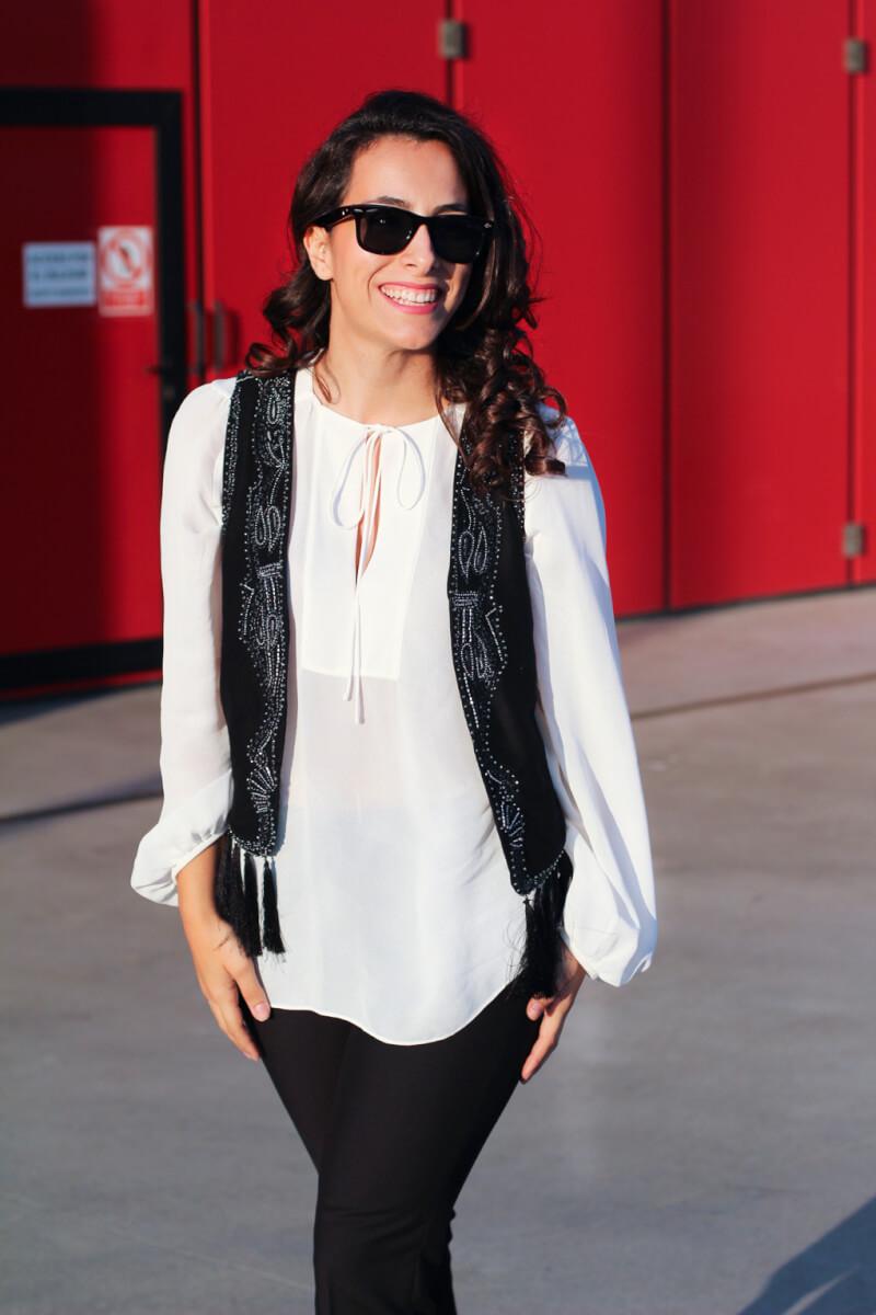look-camisa-blanca-street-style-camisa-blanca-chaleco-flecos