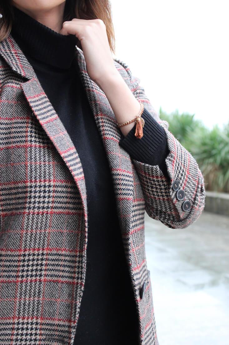 jersey-cuello-cisne-como-combinarlo-blazer-cuadros-pulsera-hoja-blog-moda