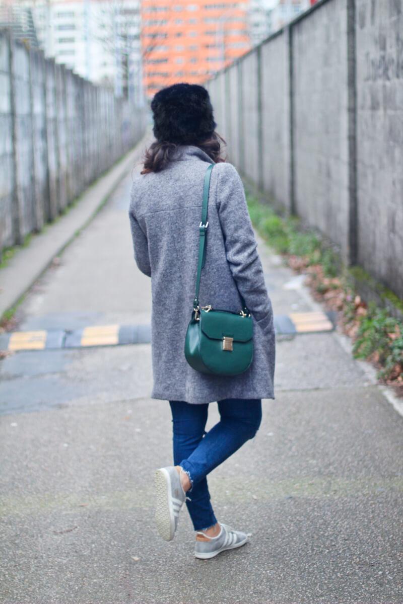 look-en-gris-bolso-verde-zara-street-style-hat-sombrero-pelo