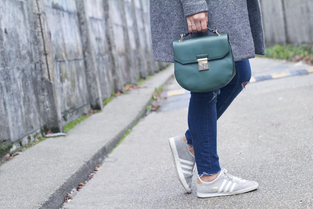 look-en-gris-look-bolso-verde-sombrero-pelo-adidas-gazelle