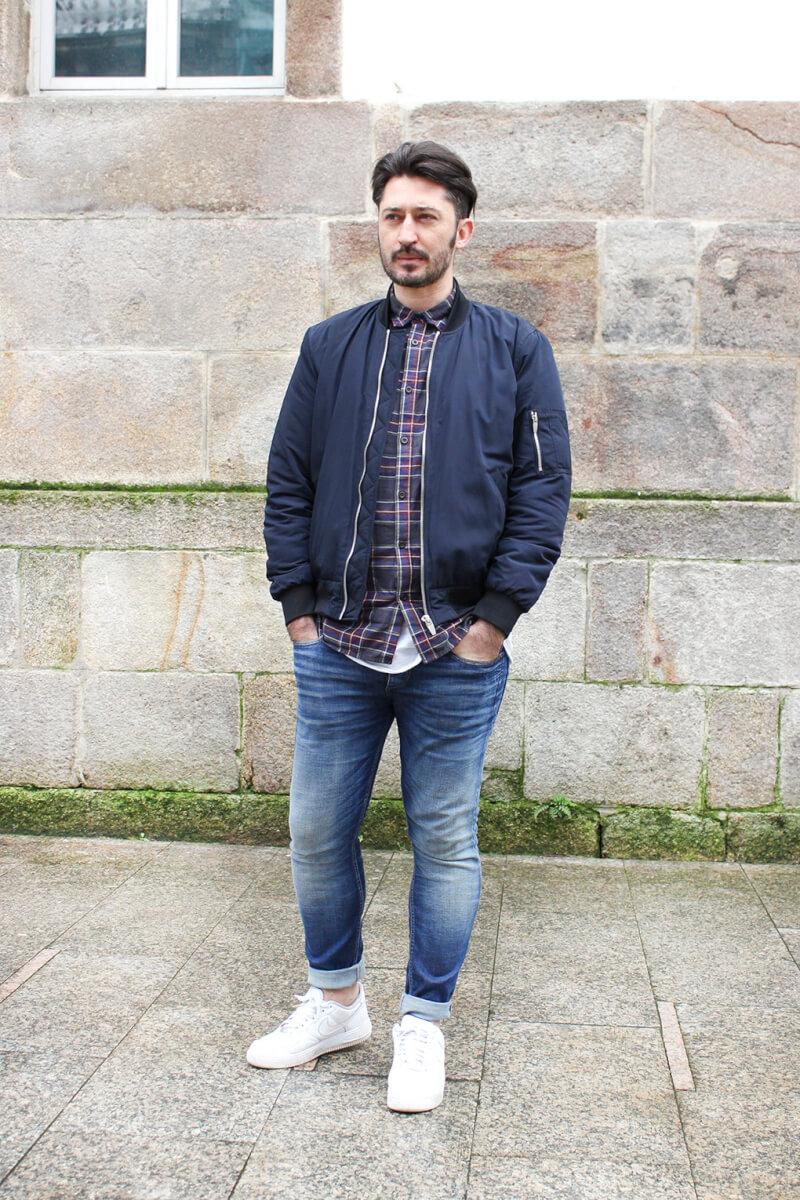 moda-vigo-calle-streetstyle-bomber-azul-jeans-tenis-nike-menfashion