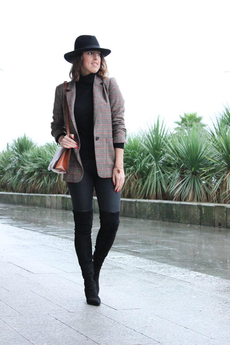 outfit-botas-altas-ante-negras-zara-americana-cuadros-sombrero-bolso-marron-blog-moda-galicia