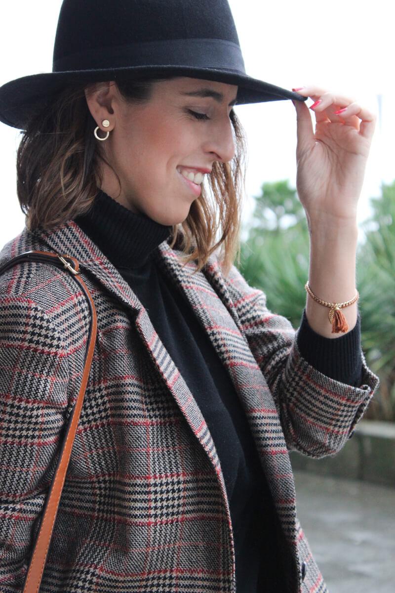 sombrero-dayaday-negro-pendientes-dorados-pequeños-look-jersey-cuello-cisne