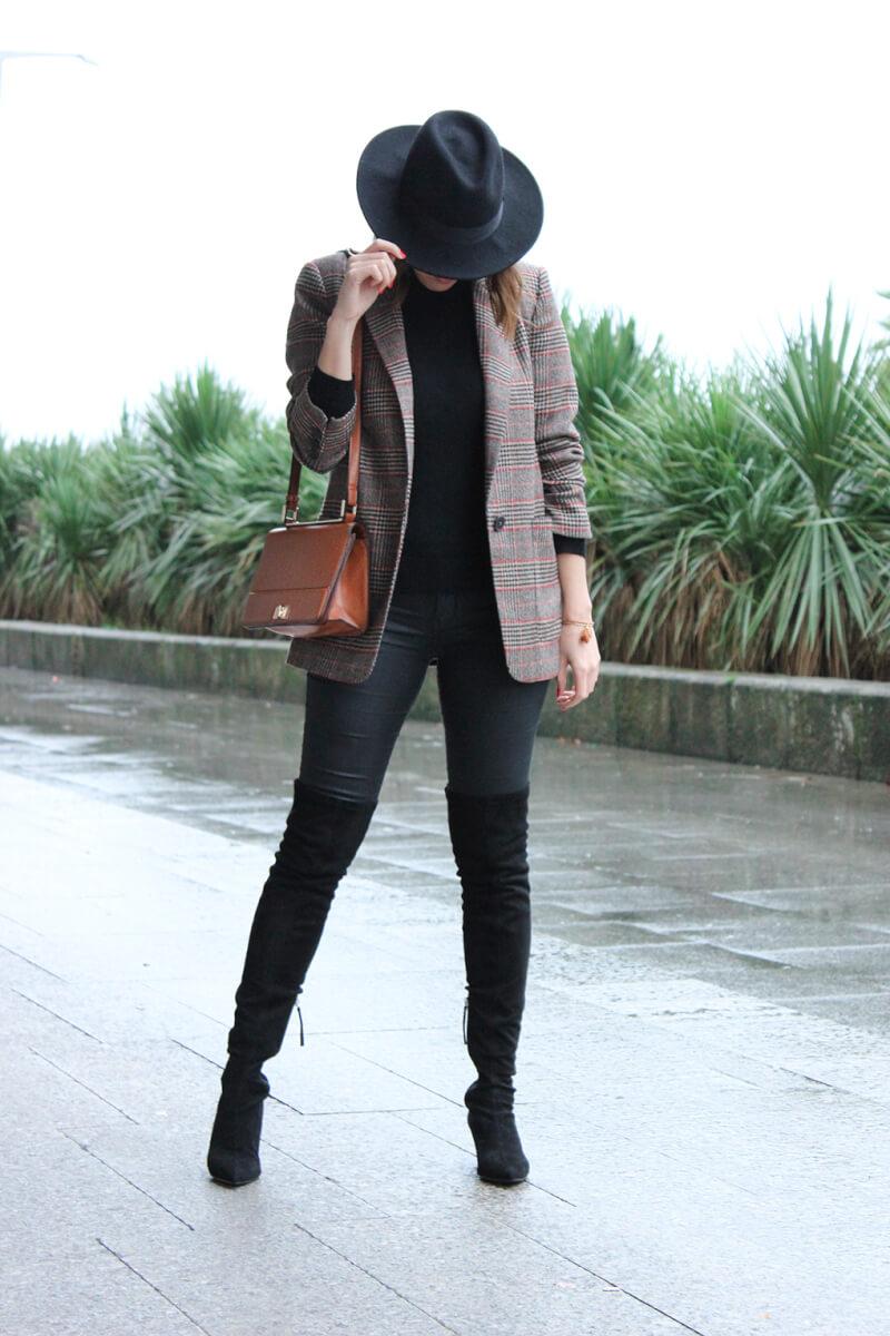 sombrero-negro-blazer-cuadros-marron-botas-altas-ante-blog-moda-españa