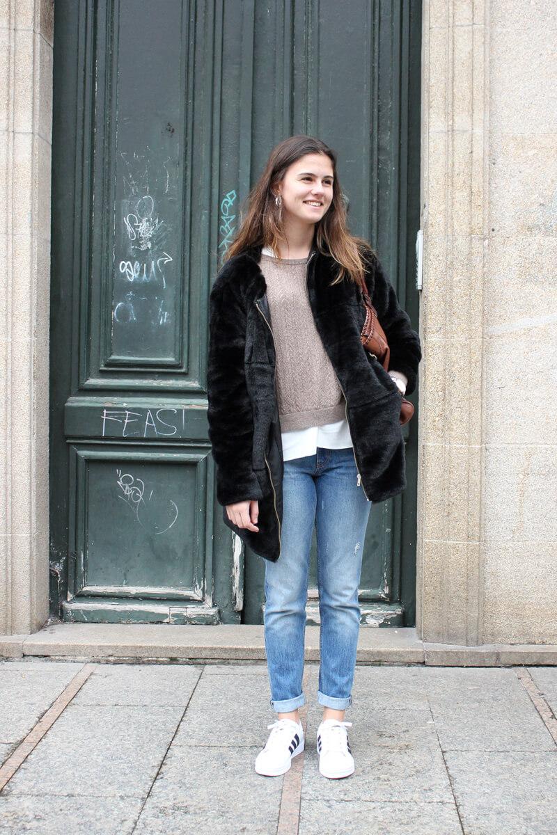 streetstyle-vigo-blog-moda-abrigo-pelo-stradivarius-tenis-blancos-adidas