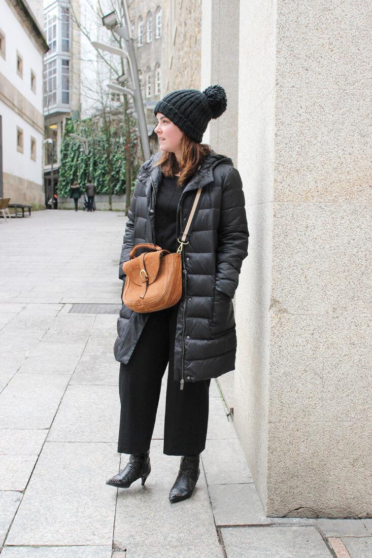 streetstyle-vigo-moda-abrigo-plumas-gorrito-parfoir-botines-tachuelas-bolso-camel