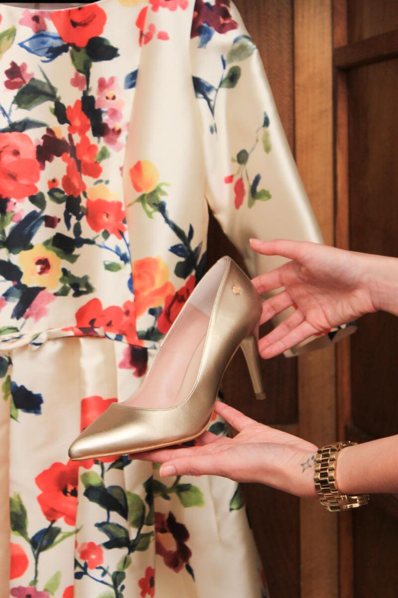 salones-dorados-cuple-vestido-estampado-floral-invitada-boda-dia-tvg