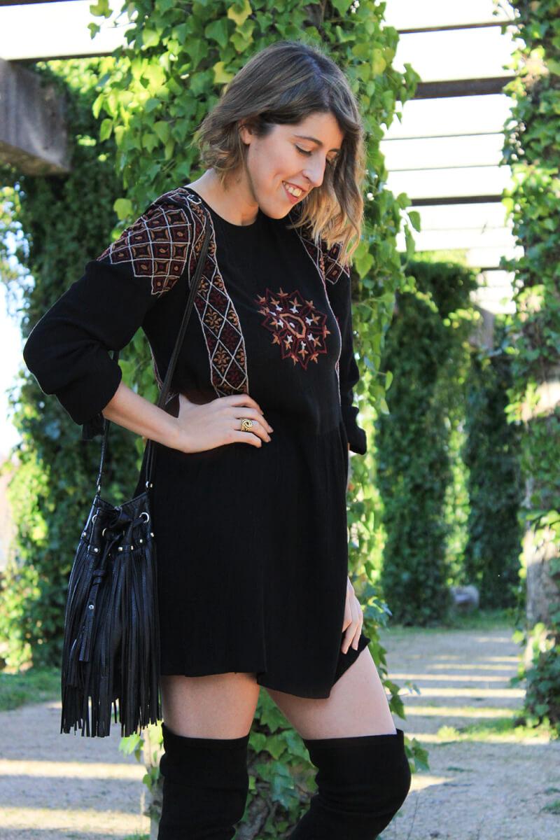 vestido-estilo-boho-bordado-botas-altas-bolso-flecos-siemprehayalgoqueponerse